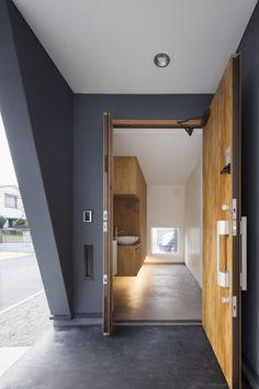 House in Chigasaki by LEVEL Architects – Design Milk – Decorating Foyer Foyer Design, Entrance Design, House Entrance, House Design, Entrance Foyer, Entrance Lighting, Modern Foyer, Minimalist Furniture, Foyer Decorating