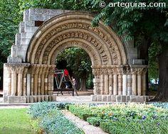 Portada de la iglesia de Cerezo de Río Tirón, reubicada en Burgos