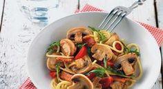 Pasta met romige paddenstoelen  Ingrediënten:  400 g kastanjechampignons, gehalveerd 400 g spaghetti 125 g magere spekreepjes  150 g kerstomaatjes, in vieren  125 g geraspte Parmezaanse kaas  2 eieren  50 g rucola  scheutje olijfolie  versgemalen peper  zout