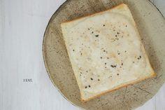 ふわふわ長芋トースト 材料  食パン1切れ トッピング: 長芋 5センチ程度 白味噌 小さじ2 みりん 小さじ2 タヒニ 小さじ2 白ごま ひとふり 水 少量 黒胡椒 作り方  長芋をすりおろす 白味噌、みりん、タヒニ、白ごまを混ぜ、そこに水少量を加えてほんの少し緩さを出し、弱火の鍋にかけてみりんを煮切る 2を長芋のすりおろしと混ぜて味付けする 食パンの上に3をのせて黒胡椒を振る 食パンをこんがり焼く 今度長芋トーストするときは、ニュートリショナルイーストや酒粕を混ぜてもっとチーズに寄せてみよう。ベジタリアンやヴィーガンの食生活を送っていると、動物性食品に比較的多量に含まれているビタミンB12欠乏症に注意しなければいけない。ビタミンB12は貧血を予防し、神経細胞を正常に維持する役割がある。チーズっぽい味を出すときによく使うニュートリショナルイーストにはビタミン12をはじめ、アミノ酸がバランス良く含まれている。