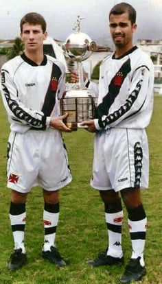Pedrinho e Felipe com a taça da Libertadores de 1998.