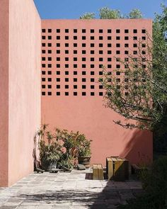 ○ P I N K P A R A D I S E ○ Casa Pedregal -  Mexico City  Par Luis Barragan  . . . . #picoftheday #architecturelovers #interior #interiorlovers #decolovers #deco #girls #blog #montpellier #madecoamoi #home #love #colorful #pink #coral #like #follow #share #mexico #architecture #design #geometry #inspo #inspiration