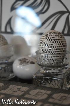 Pääsiäiskoristeet Järvenpään Kukkatalosta. Lasiesineet kirpputorilta. / Decorations for Easter from Järvenpään Kukkatalo. Glass items are findings from flea market.