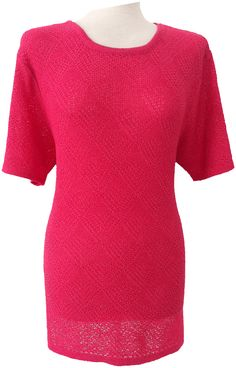 Suéter de perlé cuello redondo, aperturas laterales, calados geométrico.  Tallas M/L, XXL Colores; Blanco roto, negro, azul, marrón, salmón, verde agua y coral.