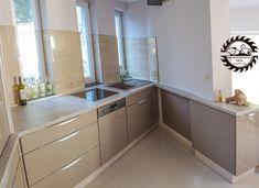A meleg összhatású, letisztult földszínek megnyugtató hatásukkal kényelmes otthon érzetét keltik. Decor, Cabinet, Kitchen, Home Decor, Wooden, Wooden Kitchen, Kitchen Cabinets