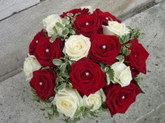 bouquet rond de roses rouges et blanches + perles - Voir en grand