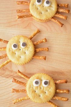 These Ritz spider crackers are so easy! They don't take any more time to make than a sandwich, but they are SO CUTE!