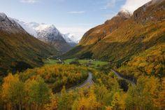 Hjelledalen i Stryn, inngang til Nasjonal turistveg Gamle Strynefjellsvegen.    Foto: Helge Stikbakke
