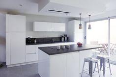 Une cuisine blanche et design réaménagée par l'agence d'architecture d'intérieur et de décoration Skéa