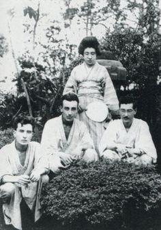 Hijos de Hearn, ya en edad adulta. En la primera fila desde la izquierda: el tercer hijo, Kiyoshi; el segundo hijo, Iwao; el hijo mayor, Kazuo; detrás, su hermana pequeña Suzuko.