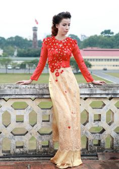 I really like this #aodai. It's probably not very flattering if you have an arse...but it's still v. pretty.