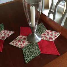 Christmas Quilted Star Candle Mat - Red, Green and Beige fabrics - reversible Christmas Mug Rugs, All Things Christmas, Christmas Ideas, Christmas Crafts, Quilting Projects, Sewing Projects, Kitchen Placemats, Pennies From Heaven, Bargello Quilts