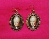 boucles d'oreille médaillons dorés cabochons verre bombé image Marie-Antoinette pailletée : Boucles d'oreille par lericheattirail