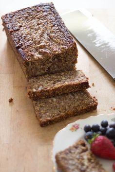 Questo pan banana senza glutine e vegan è fatto con cereali integrali interi e senza farine così che i valori nutritivi vengano mantenuti intatti.
