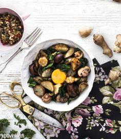 Maa-artisokka-pyttipannussa mukulat paistetaan kuorineen ja chilisiemenet ripotellaan päälle. Katso resepti!