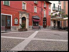 Piazzetta - photographic processing (313) - Fotografia di una piazzetta di pinerolo con una caratteristica casa del centro storico ...
