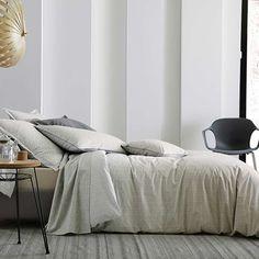 Un esprit artisanal, épuré et subtil, des jeux de matières et des touches de couleur esprit tricot pour cocooner en douceur dans le linge de lit Nomade Lin de Blanc des Vosges.