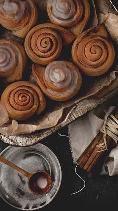 Autumn Aesthetic, Aesthetic Food, Autumn Inspiration, Food Inspiration, Bebidas Do Starbucks, Fall Tv, Autumn Cozy, Christmas Mood, Cinnamon Rolls