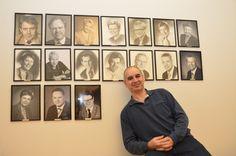 Ympäristöministereiden kuvien kanssa poseeraa Hamid. Löydätkö joukosta kaksi eteläsavolaista ympäristöministeriä? #ympäristösovittelu #jakautuukosuomi @koneensaatio #arktinenkeskus