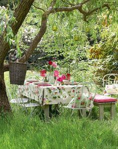 mesa de comedor decorada con rosas bajo el arbol