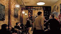 La recette des 36 Corneil : du bon vin, des tapas bien de chez nous, et surtout pas de frime. Pourquoi donc ce nom de 36 Corneil ? Parce qu'on est au numéro 36 de la rue Rochechouart et que le patron s'appelle Cornelius ! Simple, non ? Aucun signe extérieur ne signale le lieu, juste une  ...