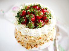 Avancerade tårtor och cupcakes i all ära men ganska ofta är det enklaste också det allra godaste. Jag har tidigare skrivit om min riktigt goda hemmagjorda vaniljkräm och häromdagen gjorde jag den här himmelska vaniljtårtan som BARA är fylld med den v
