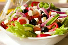 Delicious and healthy - a Greek salad is a great dish for lunch, dinner and family picnics. Read our simple recipe for Greek salad online. Healthy Salads, Healthy Eating, Healthy Recipes, Delicious Recipes, Salad Buffet, Traditional Greek Salad, Greek Salad Recipes, Summer Salads, Soup And Salad