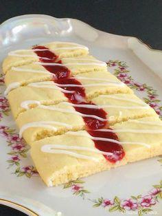 250 г сливочного масла, мягкого  150 г сахара  1 ч.л. ванили  щепотка соли  2 яйца  400 г муки  1/2 ч.л. разрыхлителя  любой джем   Для ...