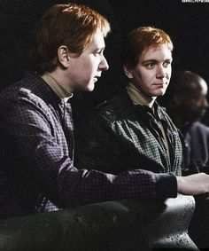 Fred and George Harry Potter Cast, Harry Potter Universal, Harry Potter Characters, Harry Potter World, Harry Potter Memes, Fred And Hermione, Familia Weasley, Oliver Phelps, Phelps Twins