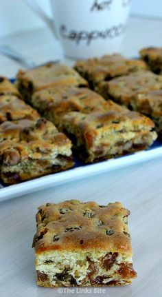Square recipes - These Chewy Sultana Squares are so good because they're packed with juicy sultanas! thelinkssite com Easy Desserts, Delicious Desserts, Yummy Food, Oreo Desserts, Awesome Desserts, Healthy Desserts, Brownie Recipes, Cake Recipes, Dessert Recipes