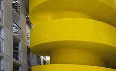 A Casa Della Memoria, em Milão. Projeto do escritório Baukuh. #arquitetura #arte #art #artlover #design #architecturelover #instagood #instacool #instadesign #instadaily #projetocompartilhar #shareproject #davidguerra #arquiteturadavidguerra #arquiteturaedesign #instabestu #decor #architect #criative #photo #decoracion #concreto #afeto #casadellamemoria #milano #bauku