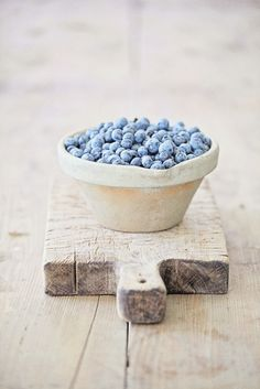food photography: Blueberries in a bowl    summer fruit: blueberry . Sommer-Frucht: Blaubeere . fruit d'été: myrtllle   Photo: Dreamy Whites  