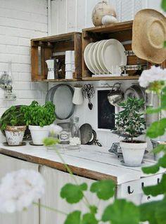 Cajas de fruta vintage para organizar estantes en la cocina.