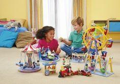 Knabe und Mädchen spielen mit dem Playmobil Freizeitpark.