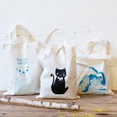 Fun shopping bags with animal motifs. Tree designs, price DKK 11,48 / SEK 15,60 / NOK 15,98 / EUR 1,59 / ISK 337  #shoppingbag #canvas #animalmotif #staycoollookhot #inspiration #sostrenegrene #søstrenegrene