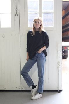 Street style | Casual knitted sweater, a pair of jeans and white sneakers