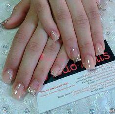 Uñas acrilicas cover con glitter de color oro Más