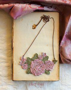 Roses Necklace / Bridal Necklace / Flowers / di ChezMoiLesBijoux