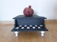 Hem dekoratif hem takı kutusu olarak kullanabileceğiniz bu piyanoya sahip olmak için bizimle iletişime geçin