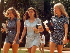 Minigonna-1970-Ragazze al Rhodes College di Memphis (Tennessee, USA) nel 1973. Durante gli anni '70 alla minigonna si affiancarono i pantaloncini corti (short, hot pants e simili)