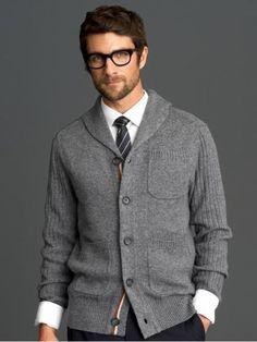 Eleganter hellgraumelierter Cardigan mit aufgesetzten Taschen.