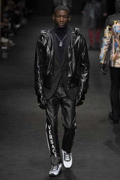 See the complete Versace Fall 2017 Menswear collection.