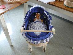 Puppenwagen aus Peddigrohr und Holz