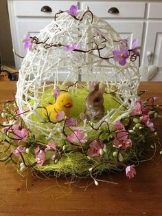 There is nothing more special than Homemade Easter baskets to give as gifts on Easter. So, check out these diy easter baskets ideas and make it by yourself . Easter Art, Easter Crafts, Spring Crafts, Holiday Crafts, Holiday Decorations, Oster Dekor, Easter Hat Parade, Homemade Easter Baskets, Diy Ostern