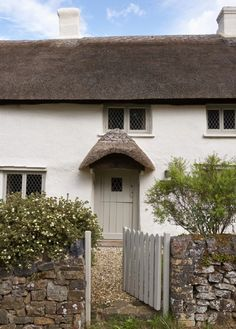 Luxury self-catering cottage in Higher Ashton, Devon; luxury self catering thatched cottage in Higher Ashton Devon Old Cottage, White Cottage, Cottage Homes, Cottage Style, Country Cottage Interiors, Cottage Front Doors, Cottage Windows, English Country Cottages, Painted Cottage