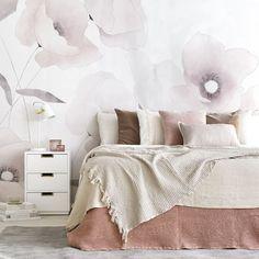 Blossom mural | ¿Te unes a la tendencia mural?  Blossom, un bonito papel pintado de estilo mural que quedará genial en la deocración de tus paredes, gracias a su diseño florar de amapolas en tonos rosas, blanco roto y grises. Una idea perfecta para darle vida a tus paredes, ¡te encantará el resultado! Decoration, Comforters, New Homes, Tapestry, Blanket, Bedroom, Wallpaper, Inspiration, Furniture