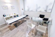 Sala de Fisioterapia Clinic Interior Design, Clinic Design, Medical Office Design, Home Office Design, Chiropractic Office Decor, Therapy Office Decor, Spa Room Decor, Cabinet Medical, Diy Home Gym
