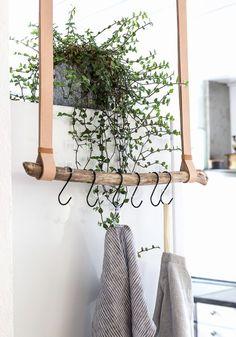 Tea towel holder made of leather and driftwood {DIY} HOME TREE # hallway . - Geschirrtuchhalter aus Leder und Treibholz { DIY } HEIMATBAUM Tea towel holder made of leather and driftwood {DIY} HOME TREE # hallway # entrance area Diy Hat Rack, Hanger Rack, Coat Hanger, Rama Seca, Boho Deco, Diy Casa, Ideias Diy, Hanging Racks, Diy Hanging