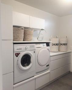 """779 Me gusta, 31 comentarios - Katrine Seim Andersen (@villariarveien) en Instagram: """"Ble overtalt til å ha vaskemaskin i bi-inngangen, og veldig fornøyd med det Blir jo litt vasking…"""" Pantry Laundry Room, Laundry Room Layouts, Laundry Room Remodel, Laundry Room Bathroom, Laundry Room Organization, Utility Room Storage, Modern Laundry Rooms, Laundry Room Inspiration, Laundry Room Design"""