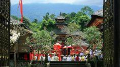 Le temple Pura Besakih - Perché à 1000 m d'altitude, sur les flancs du Mont Agung, Pura Besakih règne en maître sur Bali. Construit à partir XVIème siècle il se compose d'une centaine de temples très vénérés et dédiés aux trois plus grandes divinités hindoues : Brahma, Vishnu et Shiva.